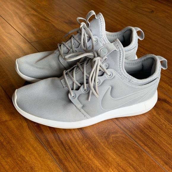 cd3d91da1c4a0 Light gray Nike Roshe shoe. M 5c7dc0e6619745e289e2d050